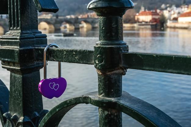 Serrure d'amour sur le pont à prague république tchèque