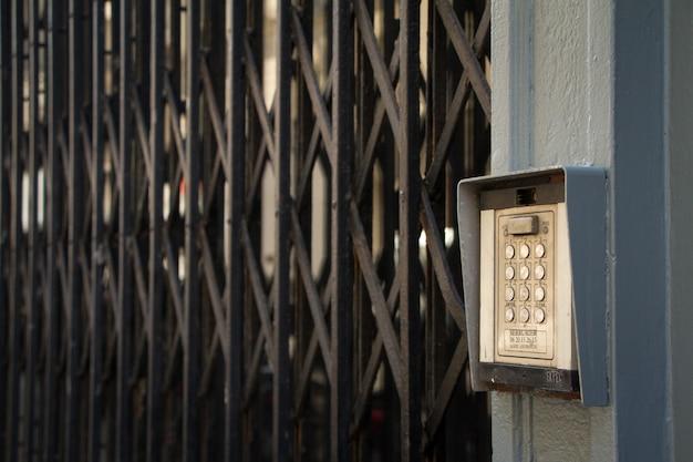 Serrure codée à bouton-poussoir sur la porte et grille aux fenêtres