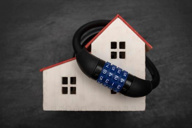 Serrure à combinaison sur le modèle de maison. concept de protection de la propriété. sécurité.