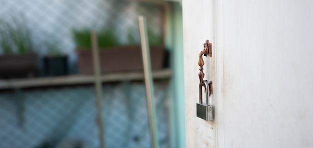 La serrure est accrochée à la porte de la maison avec le texte de l'espace de copie