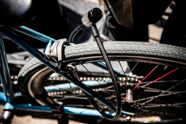 Serrure en métal sur une roue de vélo