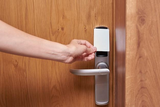 Serrure numérique à porte ouverte à la main avec clé à carte