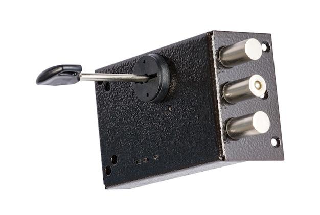 La serrure de porte avec des clés isolées sur fond blanc