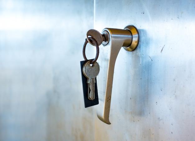 Serrure de porte avec clés macro shot - concept immobilier