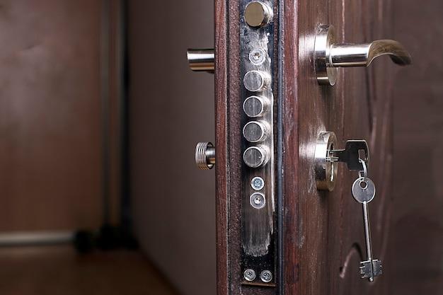 Serrure de la porte d'entrée avec une clé à l'intérieur