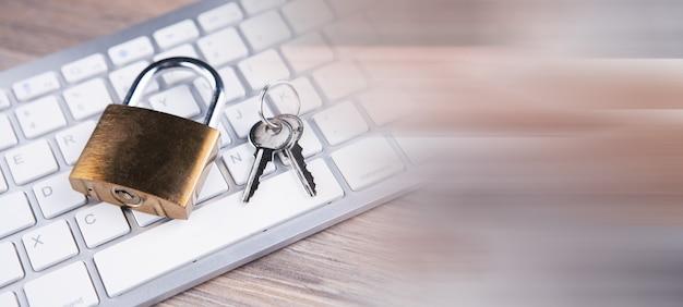 Serrure et touches sur le clavier. concept de cybersécurité