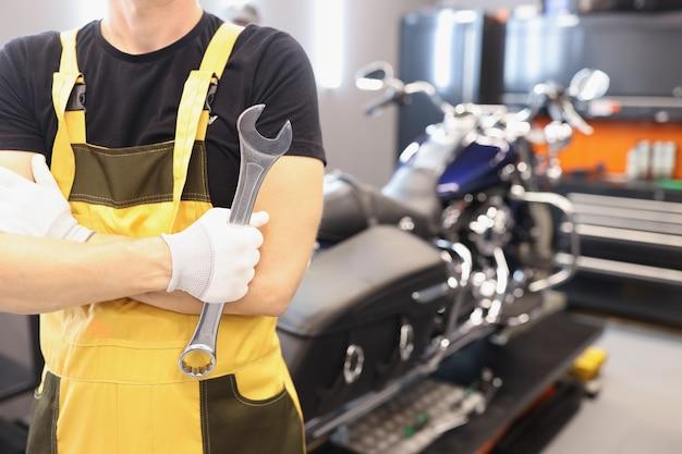 Serrurier automatique tenant une clé dans le garage en service de garantie uniforme de voiture et de moto