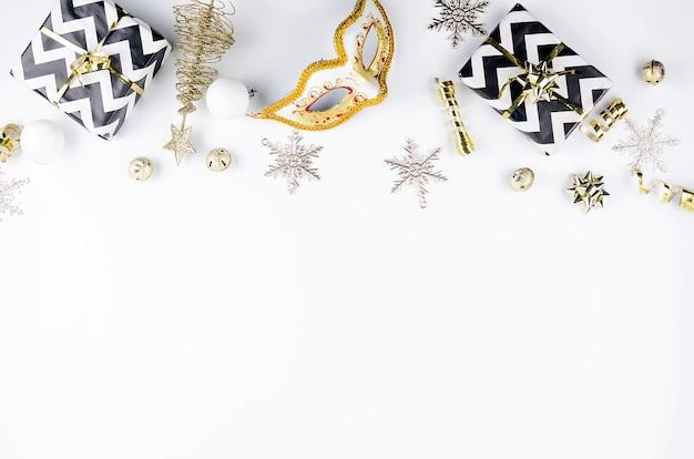Serti de coffret cadeau rouge et décorations traditionnelles couleurs blanc, noir et or,