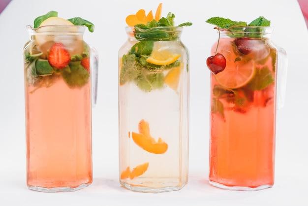 Sertie de différents cocktails de fruits isolés