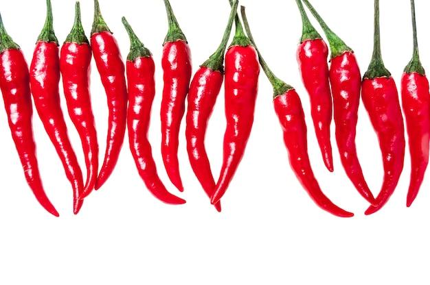 Sertie de piments rouges sur blanc