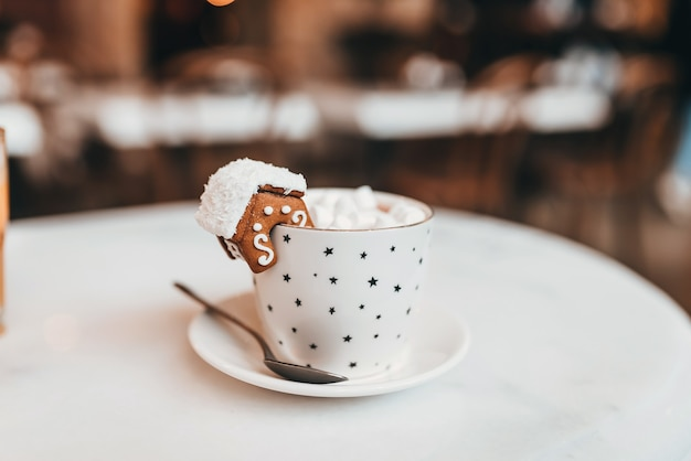 Sertie de tasse blanche pour maquette. le mug avec les décorations de noël et le biscuit sur le bord