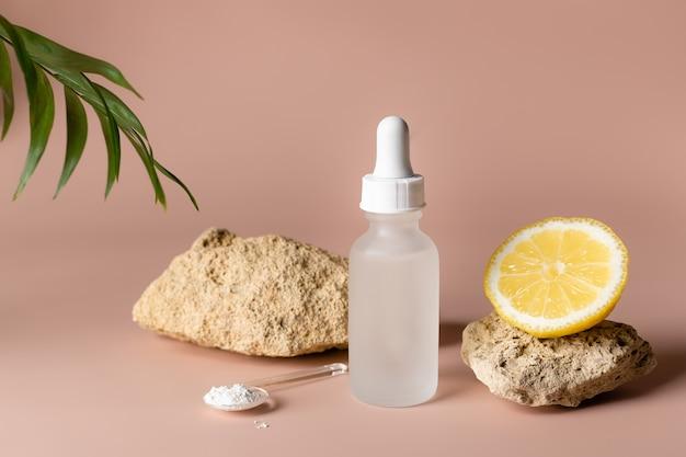 Sérum de vitamine c dans une bouteille en verre avec une maquette de marque de cosmétiques compte-gouttes