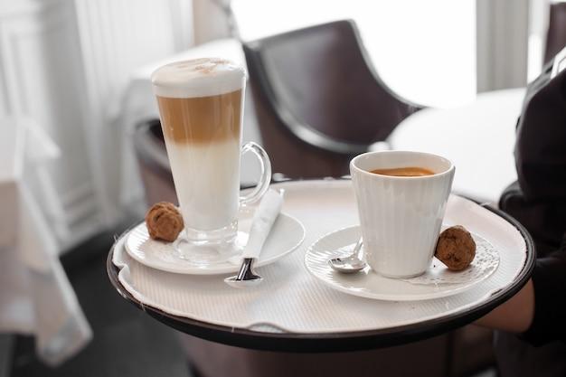 Serveur de culture avec café sur le plateau