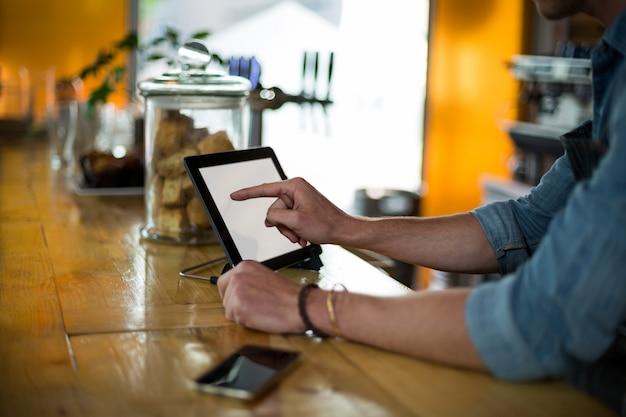 Serveur, debout, compteur, utilisation, tablette numérique