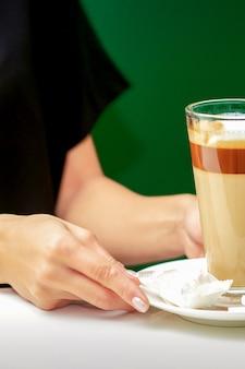 Le serveur donne une tasse de café