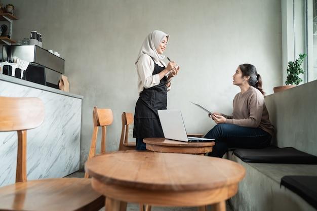 Serveur femme écrire commande client