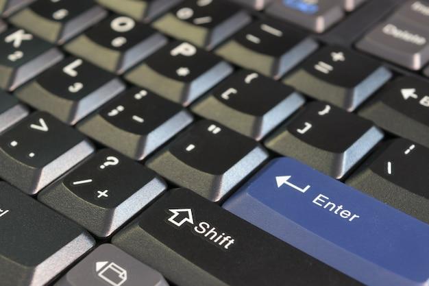 Serveur informatique et clavier dans le centre de données