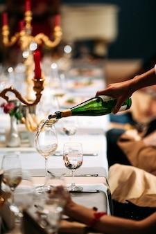 Serveur, main, verser, vin, verre, servi, table