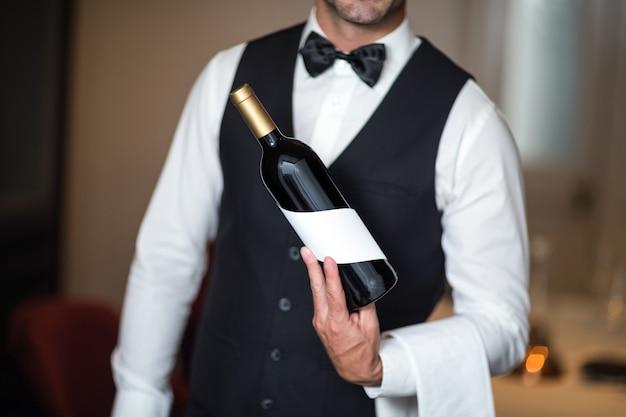 Serveur, présentation, vin rouge