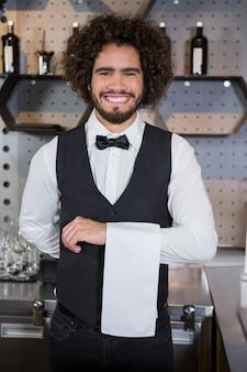 Serveur prêt à servir les clients