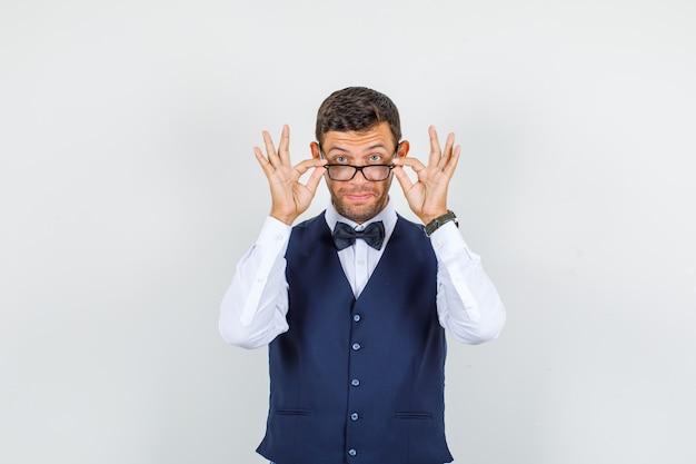 Serveur à la recherche de lunettes en chemise, gilet, vue de face de noeud papillon.