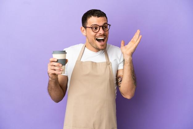 Serveur de restaurant brésilien sur fond violet isolé avec une expression faciale surprise