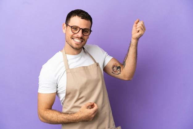 Serveur de restaurant brésilien sur fond violet isolé faisant un geste de guitare