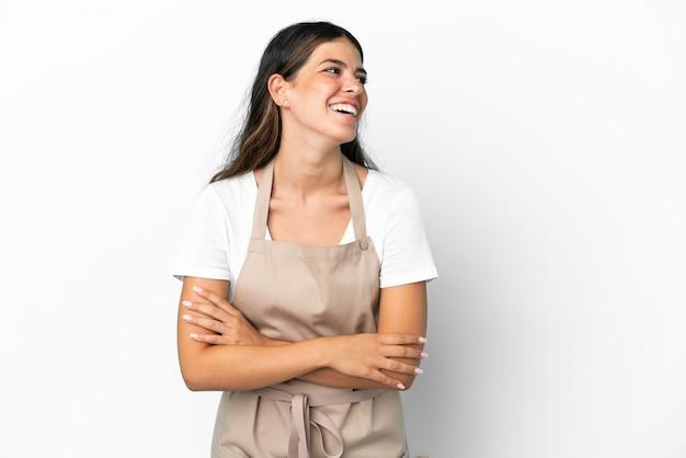 Serveur de restaurant sur fond blanc isolé heureux et souriant