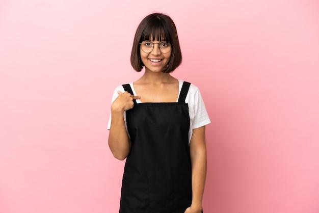 Serveur de restaurant sur fond rose isolé avec une expression faciale surprise
