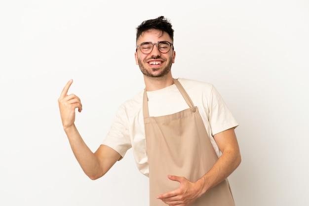 Serveur de restaurant homme caucasien isolé sur fond blanc faisant le geste de la guitare
