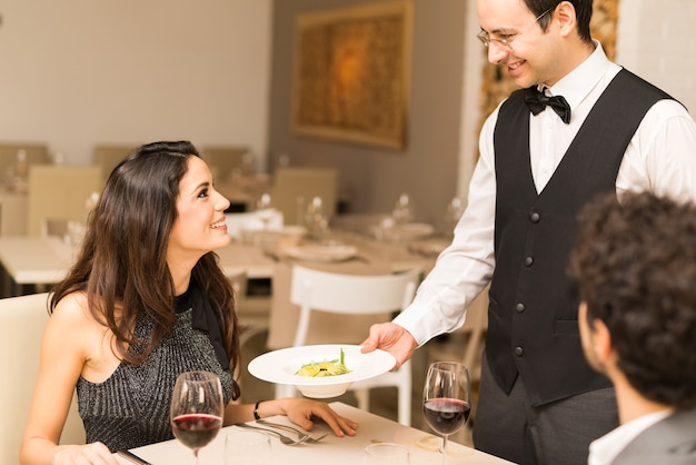 Serveur servant le dîner