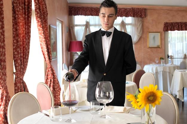 Serveur servant du vin
