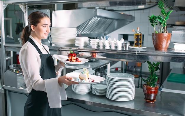 Serveur servant en mouvement en service au restaurant. le serveur porte des plats