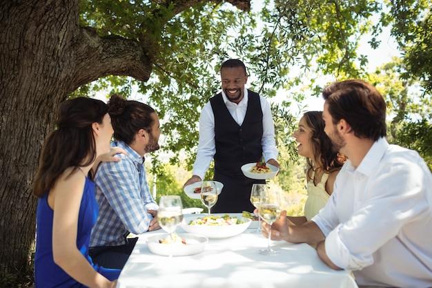 Serveur servant de la nourriture aux clients