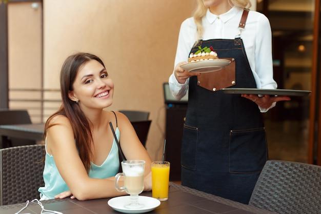 Serveur serveur aidant le client au café