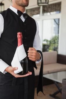 Serveur tenant un magnum de champagne