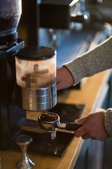 Serveur, tenue, porte-filtre, rempli, moulu, café