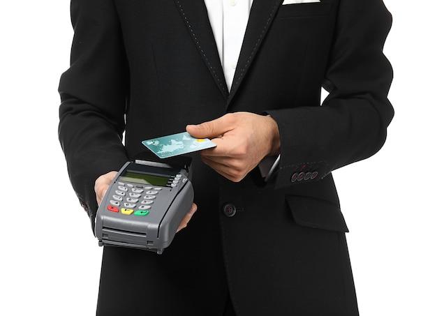 Serveur avec terminal de paiement et carte de crédit sur espace blanc