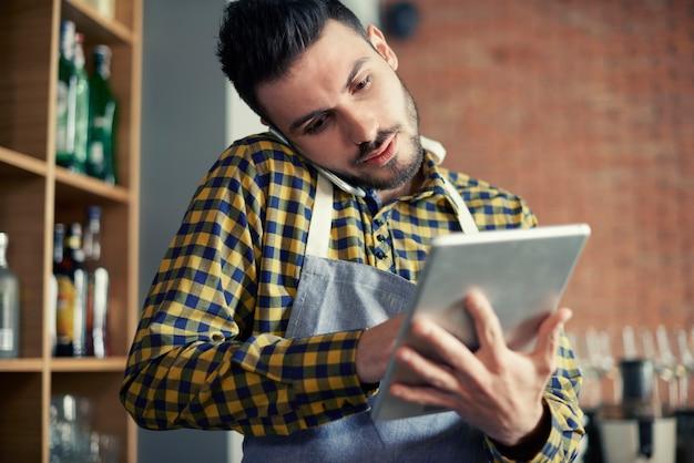 Serveur utilisant un téléphone intelligent et une tablette numérique