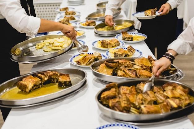 Serveurs servant des plats de viande lors d'un événement