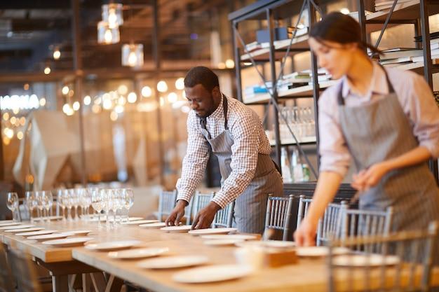 Serveurs servant de table pour le banquet