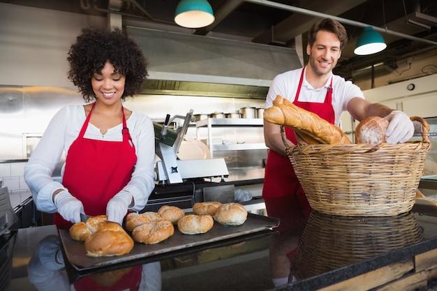 Serveurs souriants debout derrière le comptoir