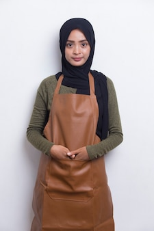 Serveuse de barista femme musulmane asiatique portant un tablier sur fond blanc