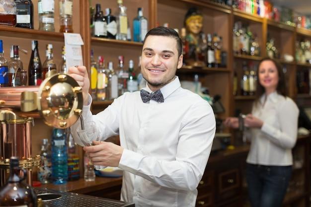Serveuse et barmen travaillant
