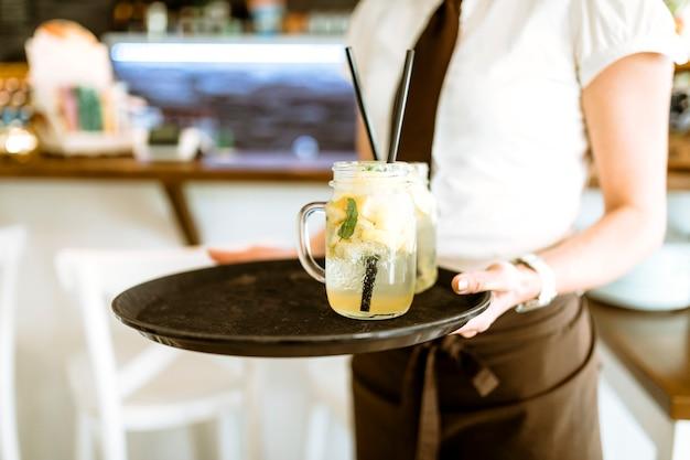 Serveuse avec cocktail