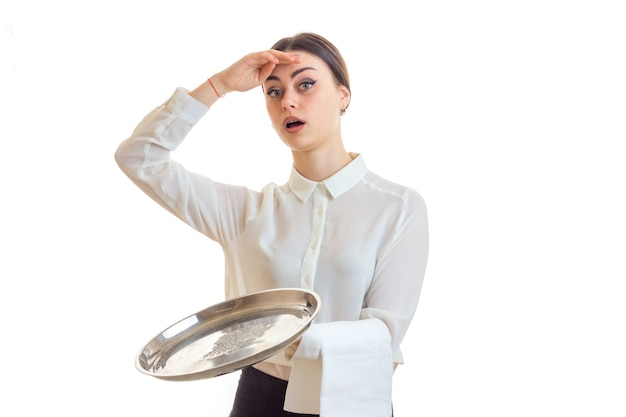 Serveuse femme surprise avec trey dans les mains en regardant la caméra isolée sur fond blanc