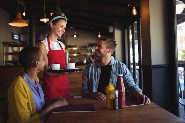 Serveuse interagissant avec le client