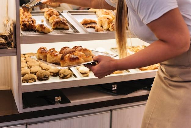 Serveuse en plaçant des pâtisseries