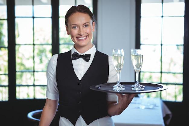 Serveuse avec un plateau de flûte de champagne