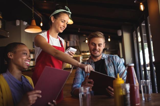 Serveuse prenant la commande au restaurant